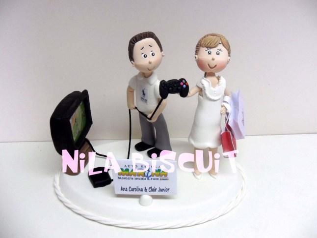 Bonequinhos-do-bolo-de-casamento-com-noiva-tirando-video-game-do-noivo