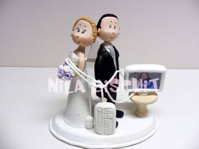 Bonequinhos-do-bolo-de-casamento-enrolados-no-fio-do-computador-se-conheceram-via-internet