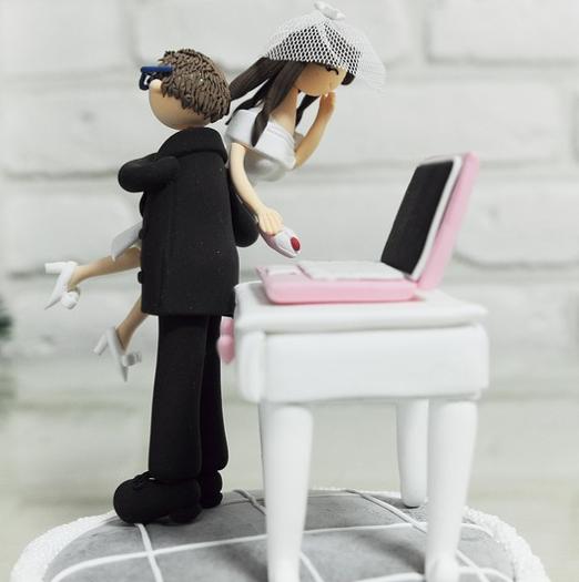 casamento_bolos_tipos_de_bolo_decoração_bonecos_noivos_computador